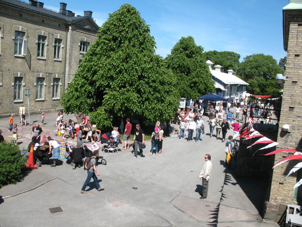 Vy över området fullt av besökare under Konstepidemins dag