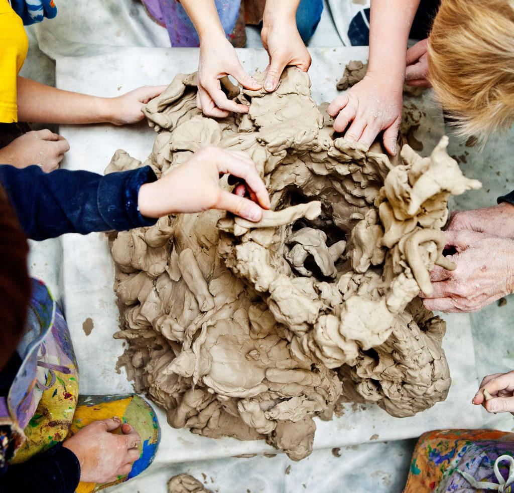 Barn skapar med lera